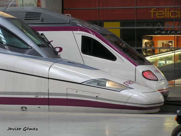 Trenes AVE en la estacion