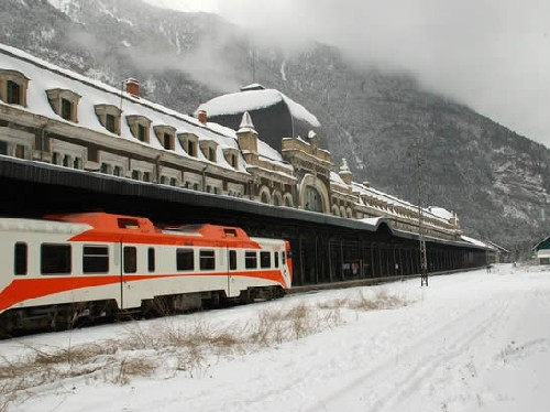 tren en la nieve en canfranc